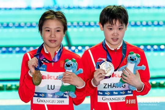 刚领金牌的卢为(左)和张家齐 图据ICphoto