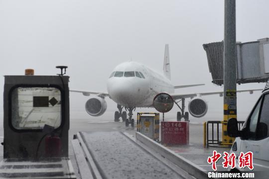 成都机场22日遭遇雷暴天气。 钟欣 摄
