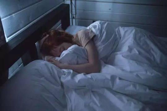 由于工作性质而不得不牺牲睡眠的人,也在透支自己的健康。| 图片来源:pexels