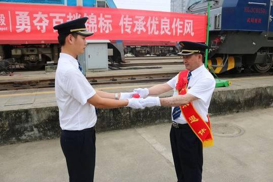 火车司机胥长青:成昆线奔忙28载 创下安全行车6255趟的纪录
