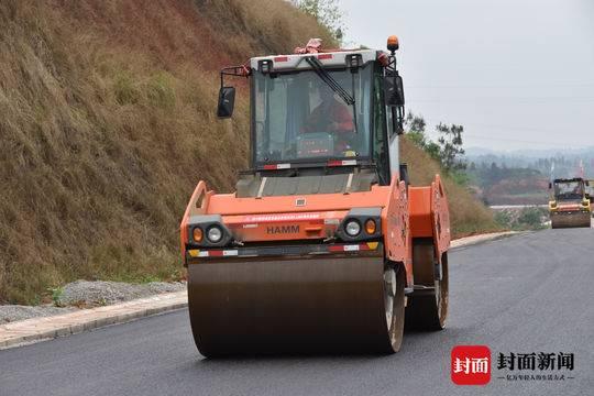 成宜高速预计年底通车 44公里荣县段已铺沥青路面
