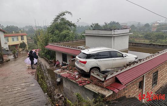 ↑房顶上的肇事车