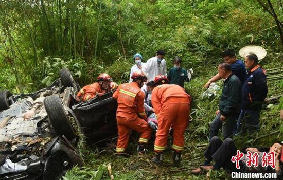 越野车坡道避让大车翻25米崖下 5人不同程度受伤