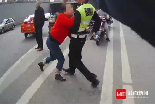绵阳女司机为逃避检查 强行冲岗暴力抗法被拘留