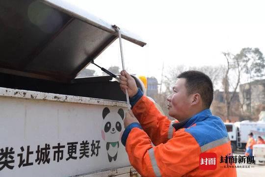 除夕,工作日。36岁的冯双成在岗位中度过自己的大假第一天。