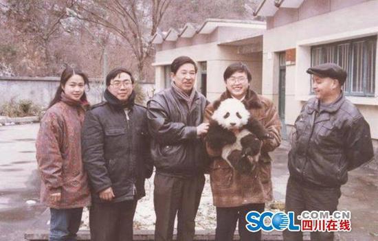 """首任""""熊猫特首""""赖炳辉在北京去世"""
