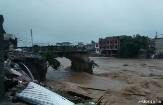 乐山暴雨 一座桥梁被冲毁两座水厂断电
