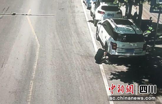 监控拍下的交通违法现场(富顺交警 供图)