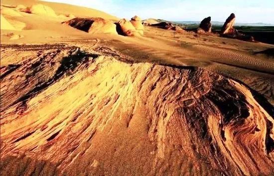 夫妻自驾游被导航带进荒芜沙漠 受困两天后获救