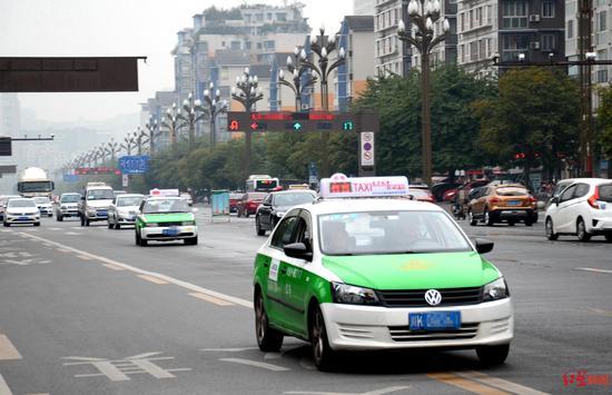 ↑内江城区的出租车。
