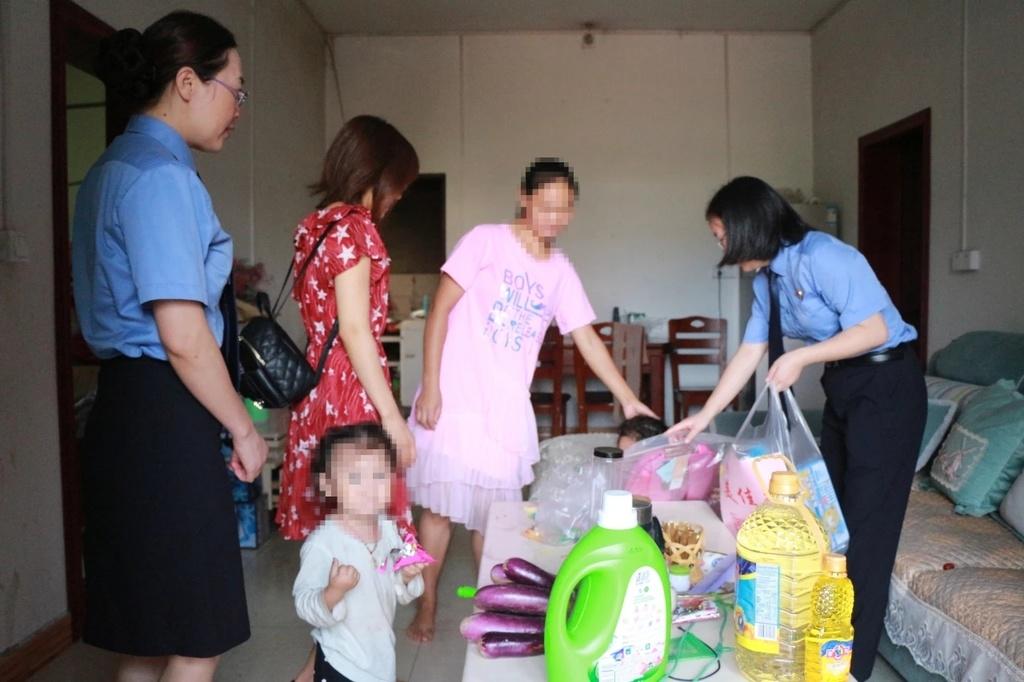 检察机关走访涉案家庭。
