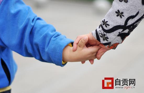 自贡四岁娃每天领着视障奶奶在市区游荡 背后的原因让人唏嘘