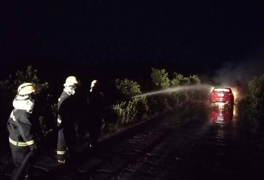 消防队员对小轿车灭火(消防供图)