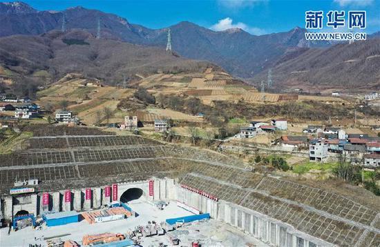 1月12日在四川省茂县拍摄的成兰铁路茂县隧道入口(无人机照片)。 新华社发(张可凡摄)