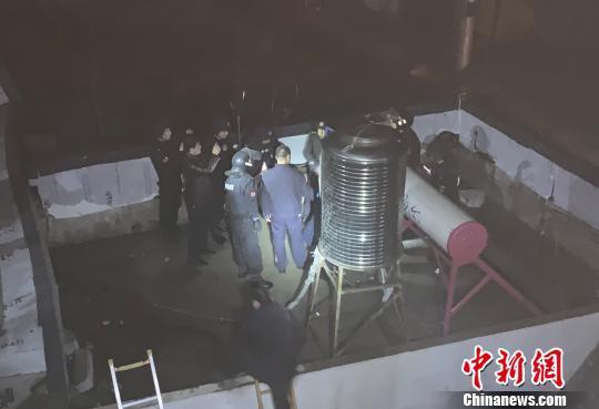 图为消防人员协助民警抓捕纵火男子。 雒鹏 摄