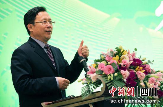 雅安市委副书记、市长邹瑾主持签约仪式(钟欣 摄)