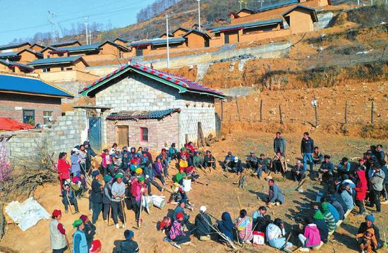 3月20日,春分,昭觉县树坪乡腾地村村民聚集在一起,了解如何分组种植冬桃。 本报记者 尹钢 摄