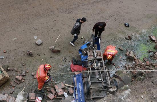 巴中三轮车侧翻至6米深的干河道内 受伤驾驶员被救起