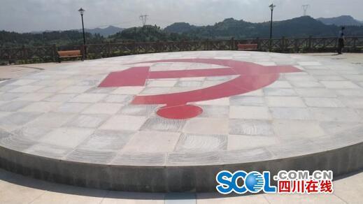 复兴广场巨型党徽(9.3米直径)