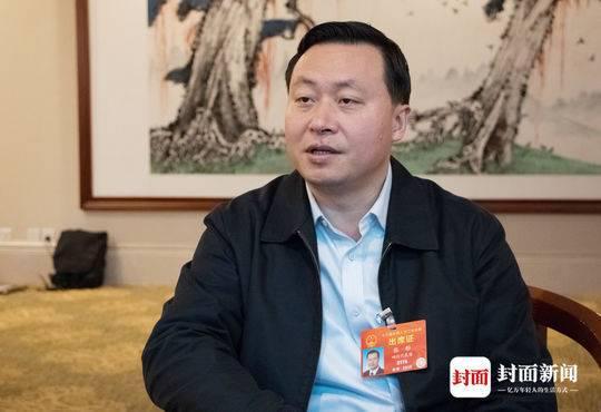 全国人大代表、乐山市长张彤。