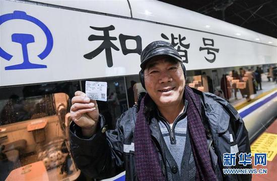 在成都西站,旅客准备登上始发列车。 新华社记者薛玉斌摄