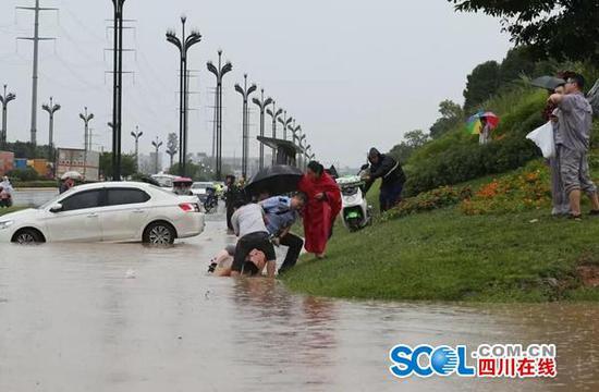 龙泉驿快速转移11名被困乘客