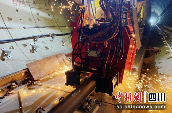 隧道内正在进行钢轨焊接。