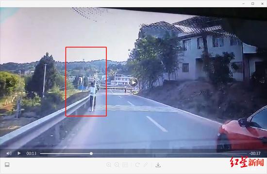 """↑扛着塑料管子的""""受害人""""出现在李先生的车子前方"""