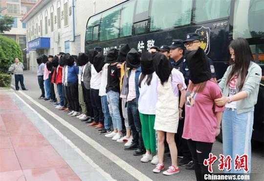 24名违法犯罪嫌疑人押解回华蓥。 唐光辉 摄