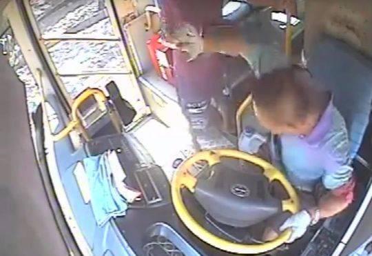 男子酒后公交车上打司机 获刑3年