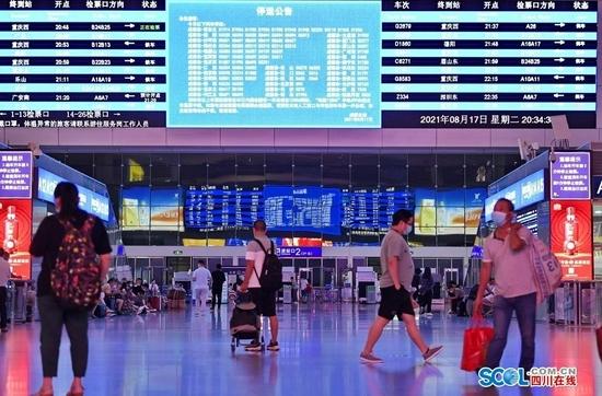 8月17日晚上,在成都火车东站候车厅,LED电子显示系统及时向旅客公告相关停运信息。