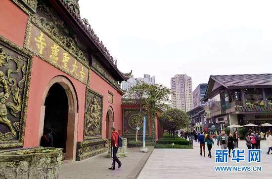 大慈寺前,是西南最时尚的购物仿古街区太古里。新华社记者 刘坤 摄