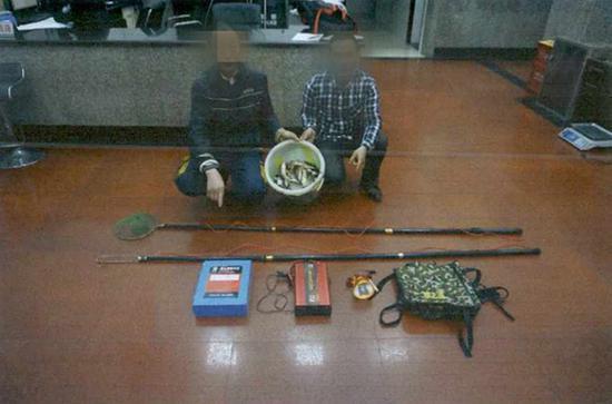 朱某(左)和王某指认作案工具。渝北区检察院 供图
