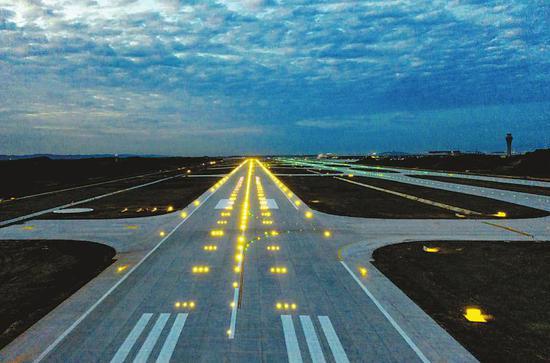 成都天府国际机场西一跑道完工并亮灯。记者徐沛东摄