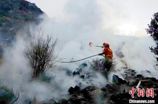 四川雅江:雷击引发森林火灾 扑救工作正在进行