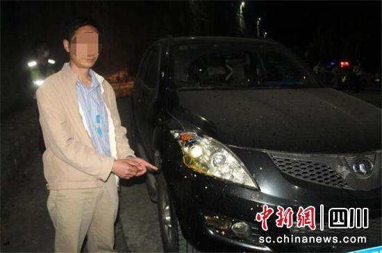 犯罪嫌疑人邓某某指认交通肇事车辆。
