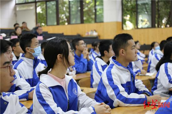 ▲石室中学北湖校区的孩子们