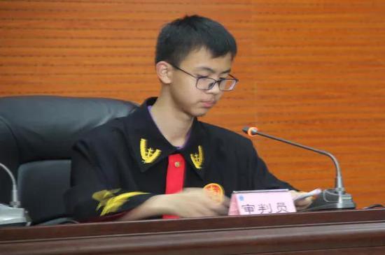 成都经开区实验中学举行第四届模拟法庭活动