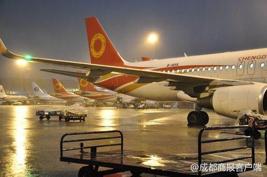 成都机场一天三次遭遇极端雷暴天气 滞留旅客超万人