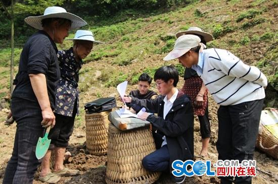 叙永县精准巡访工作小组深入正东镇落叶村,在田间地头收集扶贫领域腐败问题线索。 黄彬摄