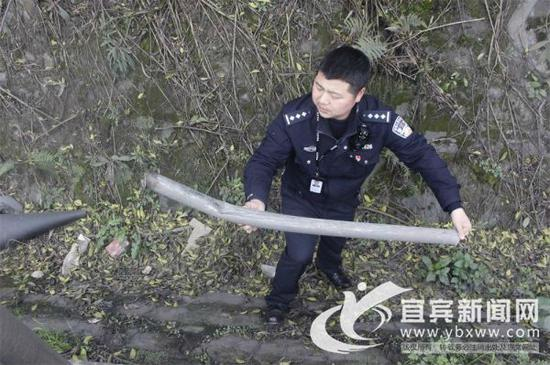 查看事故现场。(四川高速交警三支队四大队供图)