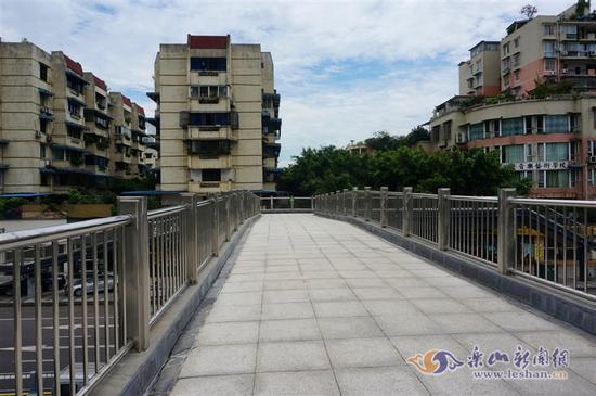 乐山城区人行天桥是不是越多越好?答案亮了!
