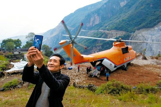 """飞越大凉山 """"巨无霸""""直升机参与修路的幕后"""