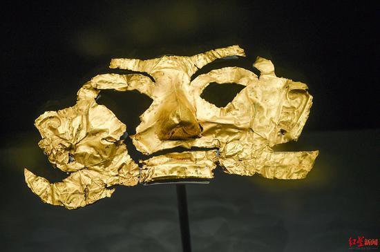 ↑9月6日,四川广汉,三星堆博物馆展品:金面具