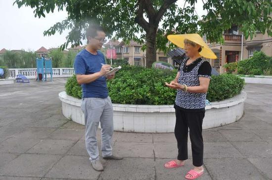 乡镇纪委到村走访群众收集扶贫领域问题线索,黄敏 摄
