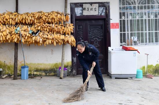 凉山女子身份被邻居冒用留下案底 扶贫女警自费帮忙讨清白