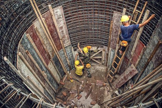 泸州市长江中上游环境整治提升工程项目施工现场,建成后周边水环境质量将持续改善。