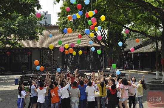 """10岁集体生日,""""罗汉娃""""在罗汉寺放飞气球"""