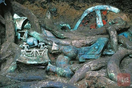 8号坑发现三星堆迄今为止最大的青铜神坛,旁边还有一尊青铜神兽。 记者 向宇 摄