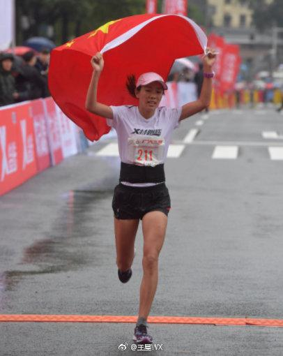 长沙马拉松,何引丽举着国旗冲过终点。
